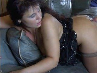 Зрелая мастурбирует на диване, а потом кайфует от куни и секса с парнем