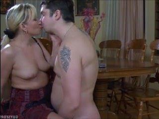 Зрелая раздвигает ноги перед парнем, который застукал ее с самотыком