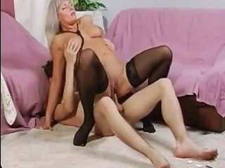 Молодой парень трахает зрелую блондинку на диване