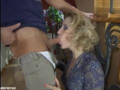 Порно про блондинку, молодого человека и неожиданный секс