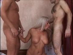 Русская проститутка ебется в жопу с двумя клиентами