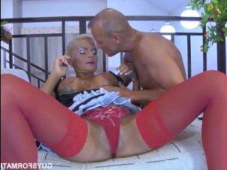 Сперма во рту зрелой женщины после секса с молодым парнем
