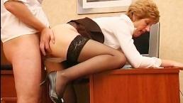Молодой работник трахает в пизду старую начальницу