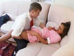 Молодой парень трахает свою домработницу у себя дома