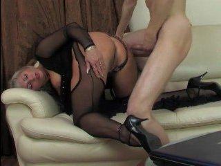 Анальный секс молодого со зрелой дамой с пирсингом на клиторе