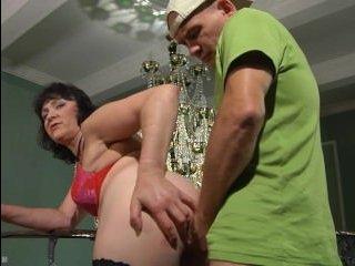 Толстая мамочка ебется с развратным сыном и кончает