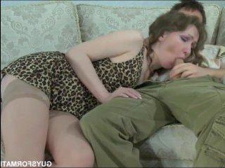 Домашнее порно: нежная мама трахается с хулиганом сыном