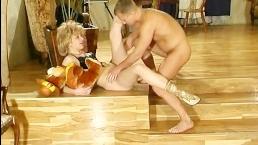 С зрелой худой блондинкой парень замутил горячий секс