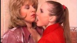 Опытнейшие лесбиянки ебутся в туалете пока там никого нет