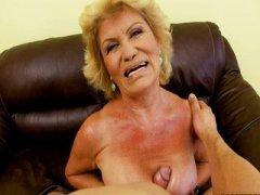Парень жестко ебет русскую старуху-блондинку на кухне