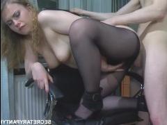 Сотрудник трахает сексуальную девушку в разных позах