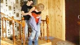 Женщина трахает мужчину у него дома во время несения службы