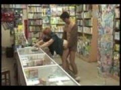 Русская мамочка сосет член у бомжа и дает ему в магазине