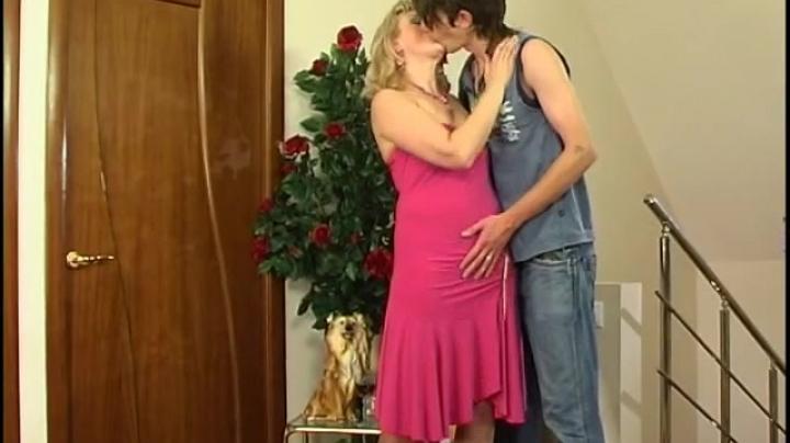 жену ебут пока муж занят порно